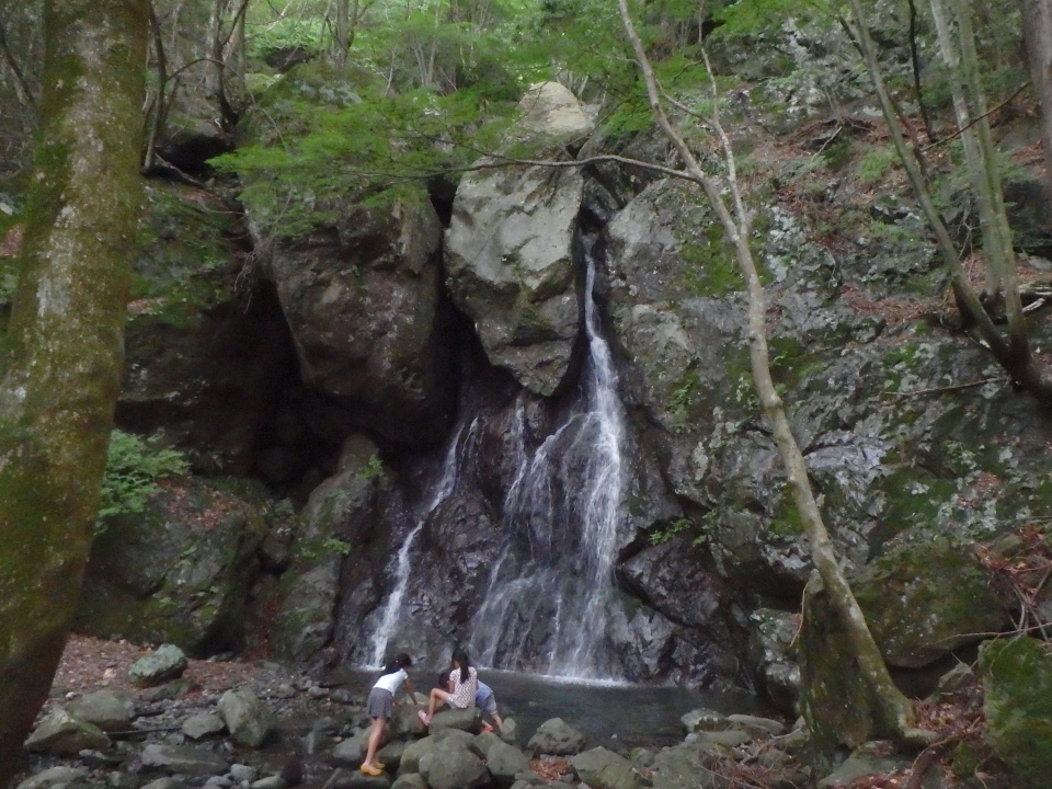 """富士山麓の朝霧高原にあるキャンプ場""""ふもと村""""にある滝"""