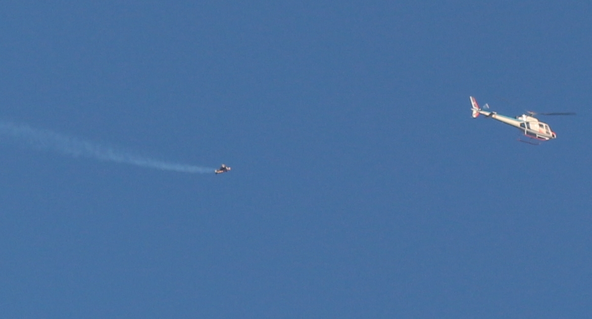 JETMAN ヘリコプターと一緒に飛行中、ジェットエンジン噴射中(ふぁあまん撮影)