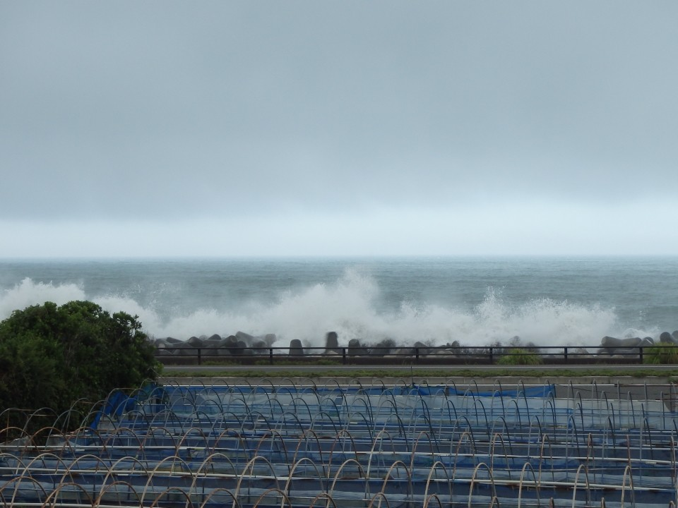 2015年の台風11号による影響で海は大荒れ