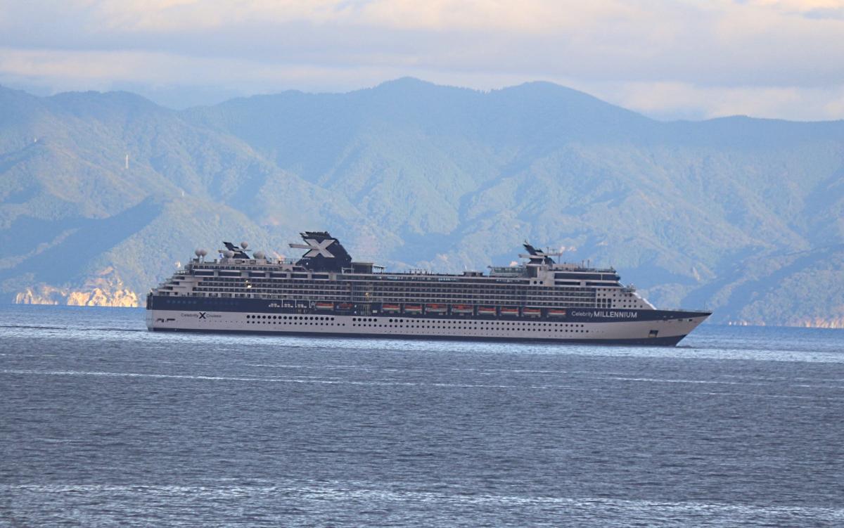駿河湾を航行する豪華客船『セレブリティ・ミレニアム』